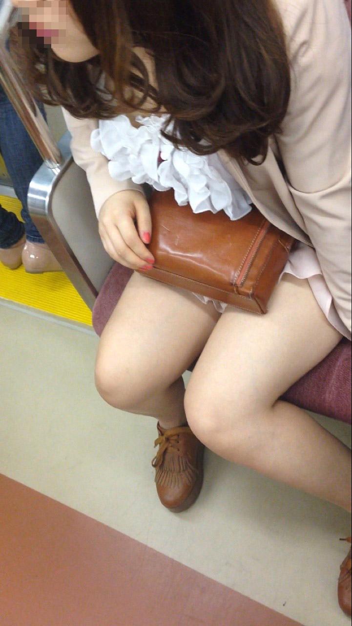 電車の中で油断してる美女の太股をスマホで隠し撮り!