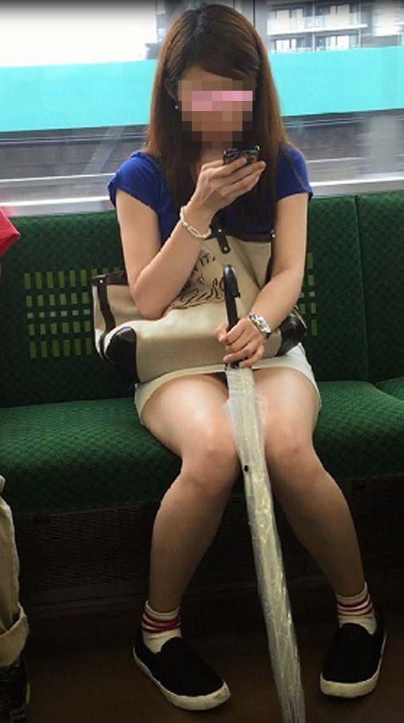 電車内にいた綺麗な素人女性の美脚をこっそり撮影!