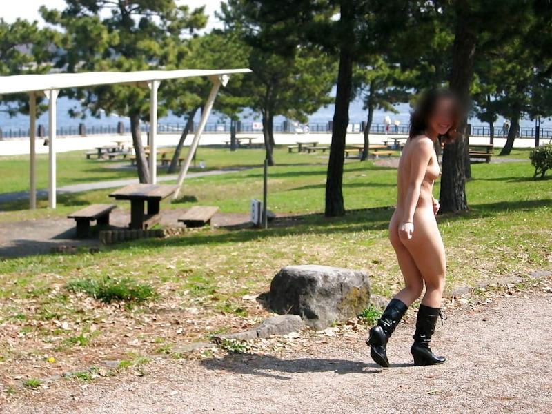全裸にブーツだけ履いて公園を散歩してる!