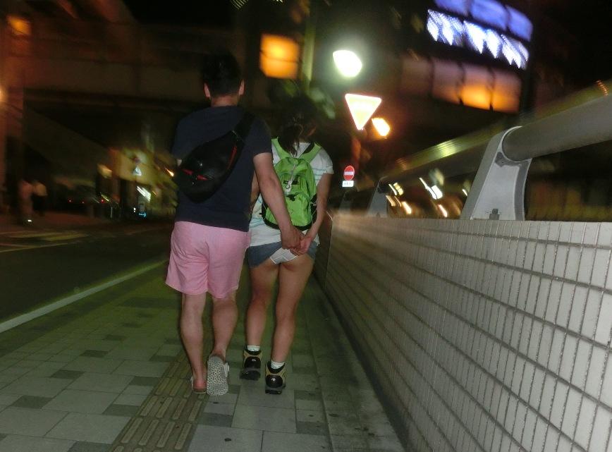 夜道を歩く女の子スカートを捲り上げる!