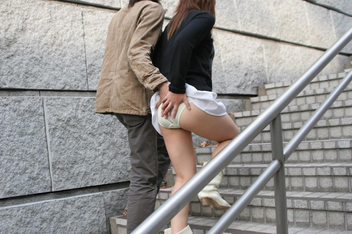 お姉さんのスカートを捲りパンツ越しにお尻を触る!