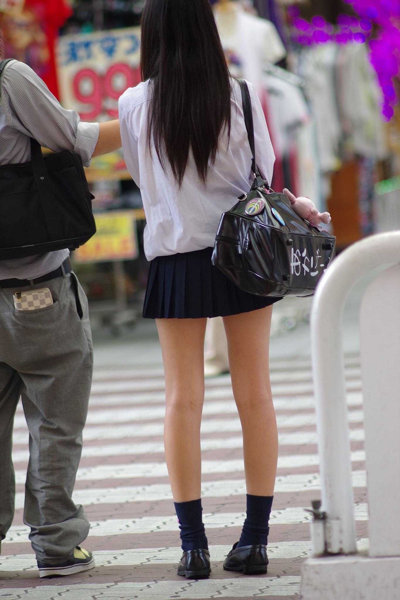 彼氏と帰宅中の女子校生のスレンダー美脚!