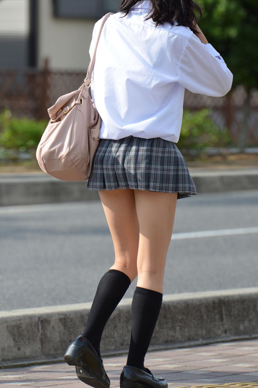 スカートの丈が短くて美脚が剥き出しのJK!