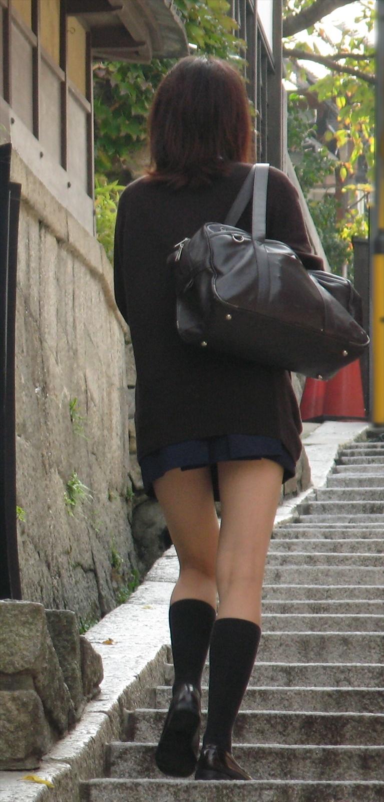 細身体型のJKの美脚に惚れ惚れする!