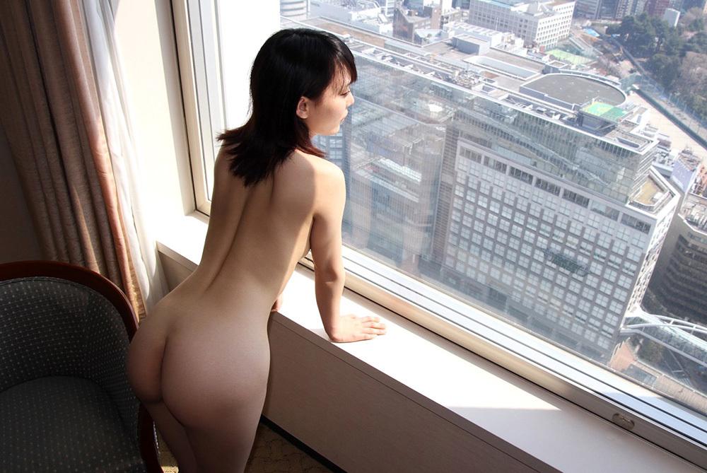 高層ホテルの窓際に立ってプリケツを披露!