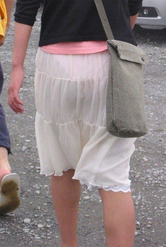 素人お姉さんのパンツが完全に透けて丸見え!