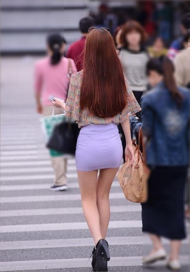 ミニスカタイトから伸びるセクシー美脚の素人女性!