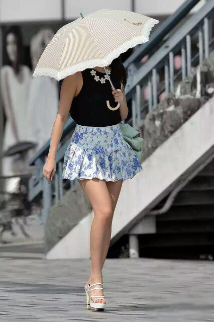 ミニスカート履いた素人さんの色っぽい美脚を街撮り!
