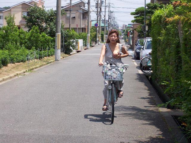 片乳をポロリせながら自転車に乗ってる変態熟女!