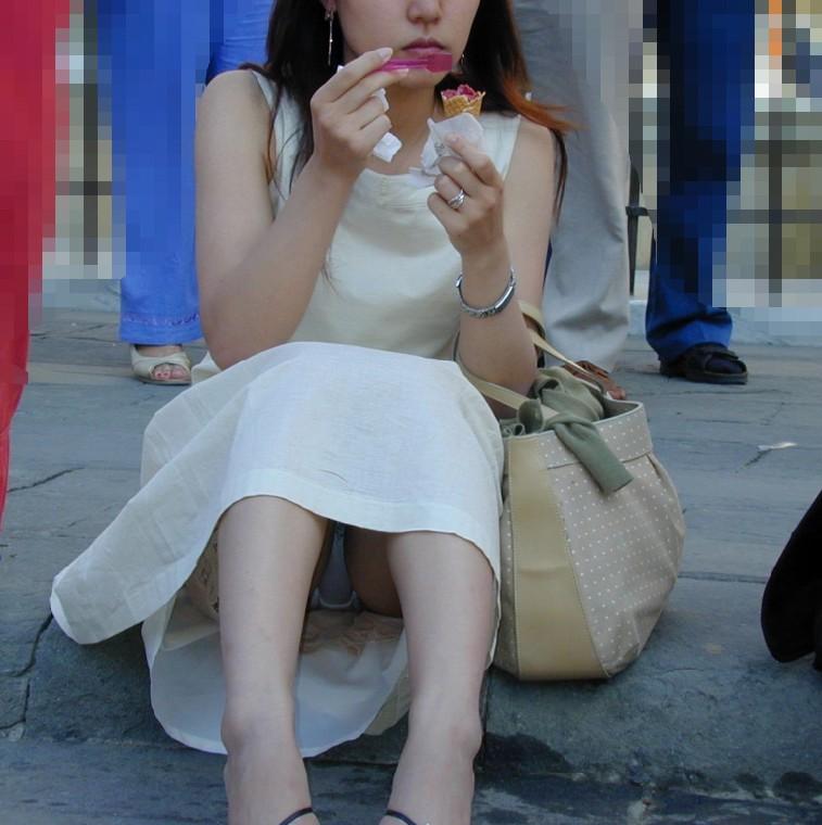 アイスを食べてる女性のスカートの中が丸見え!