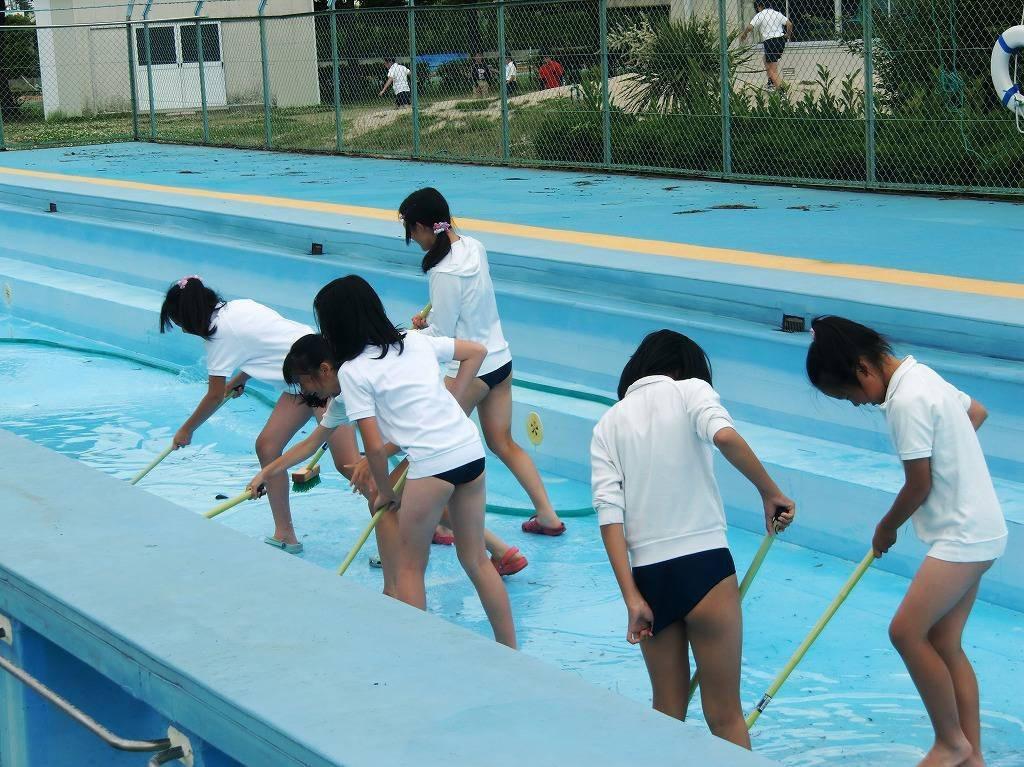 ブルマ姿でプール掃除をするJSたち!