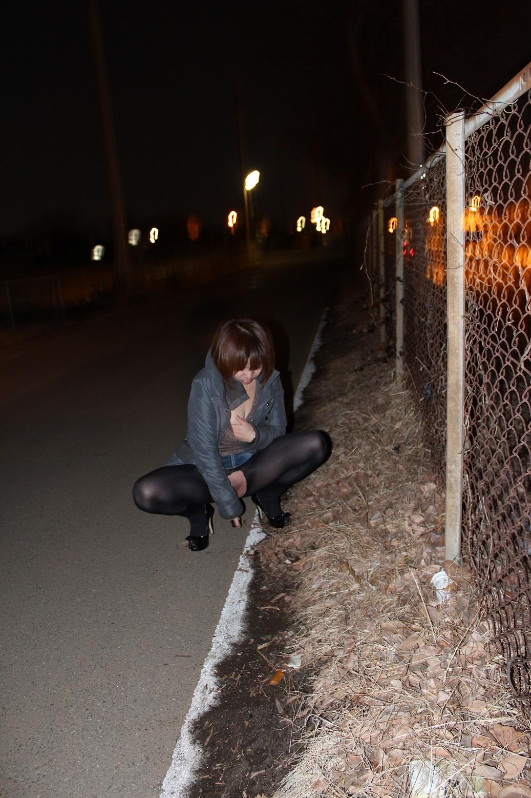 夜の道路脇で野外露出オナニーしてる変態お姉さん!