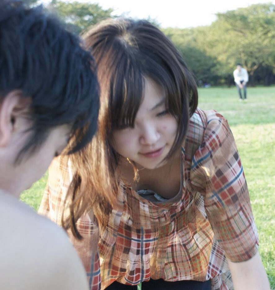 公園で四つん這いになる女性の胸元を盗撮!