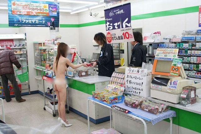 コンビニでスレンダー美女が全裸で買い物!
