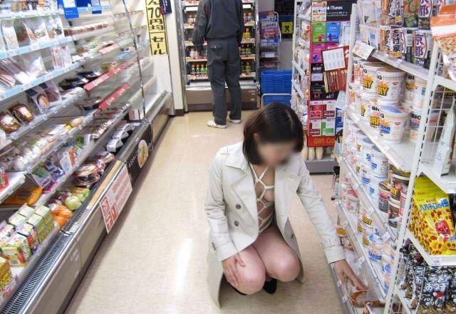 体をロープで緊縛してコンビニで買い物する変態女!