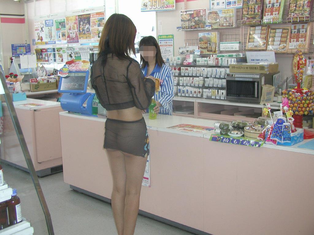 スケスケ衣装を着てコンビニで買い物してる!