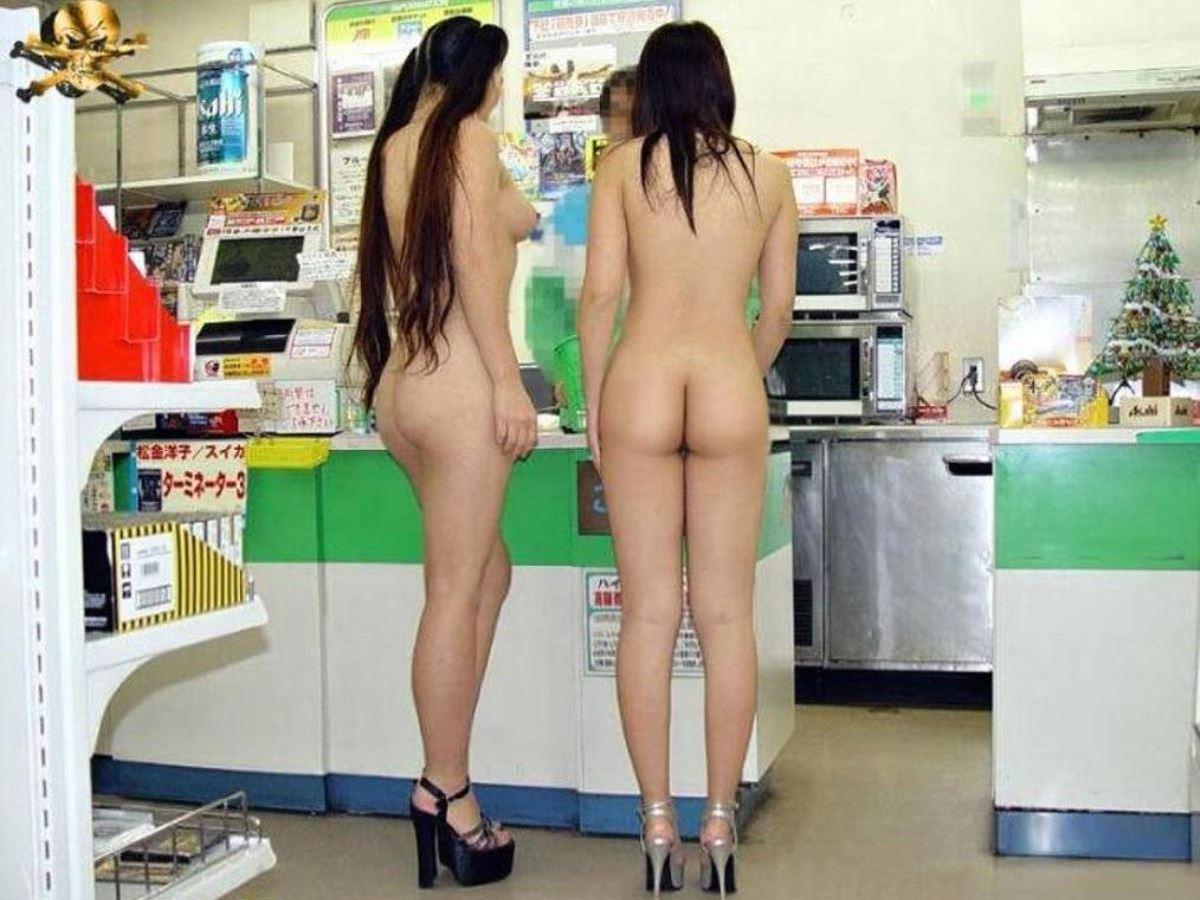 二人の変態女が全裸姿で買い物する!