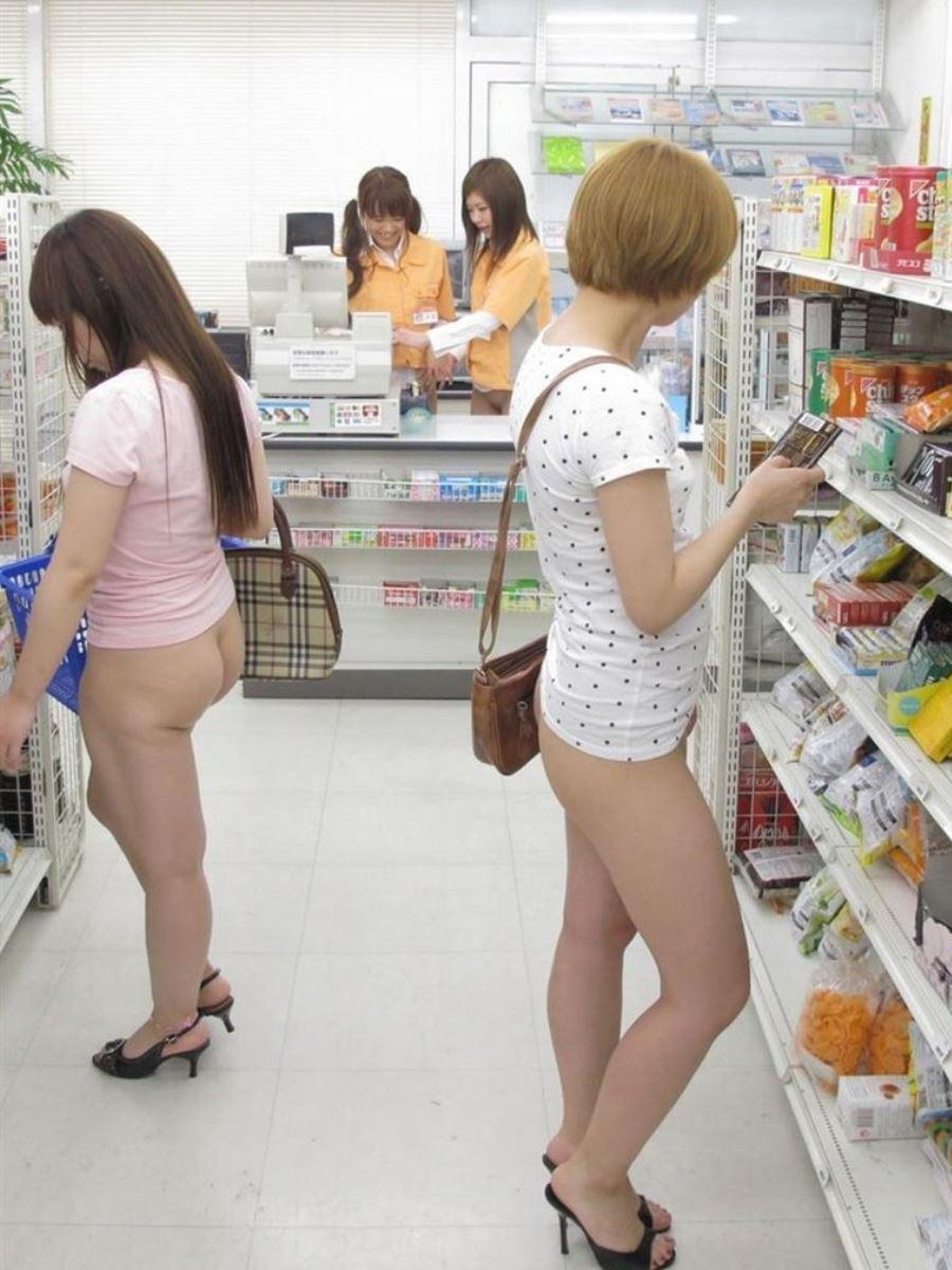 下半身を露出しながら買い物してる変態女性たち!