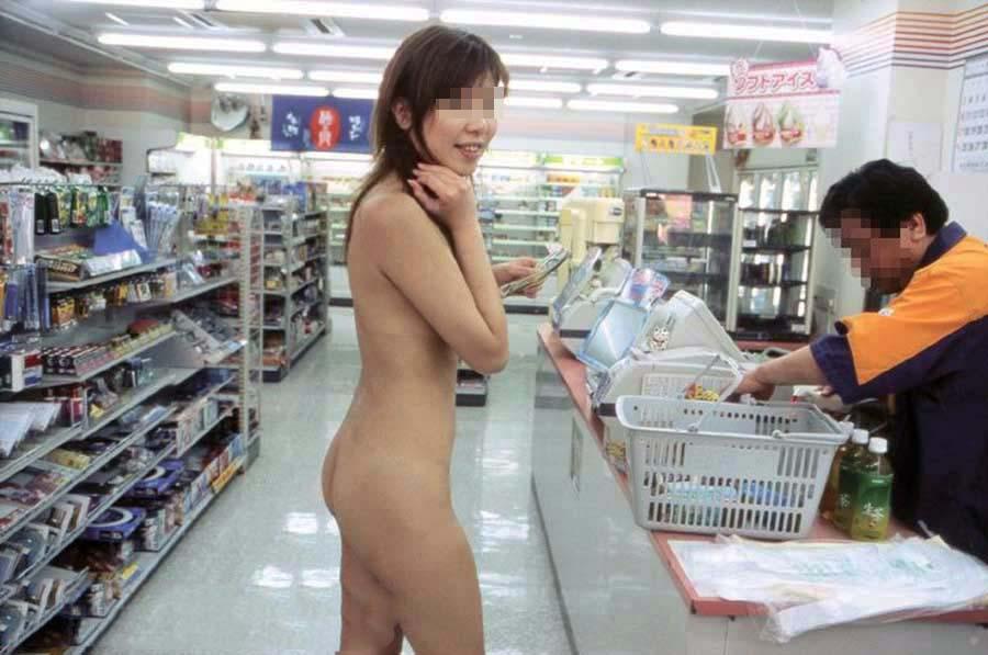 全裸の変態女がコンビニで露出しながら買い物!