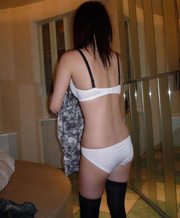 ラブホの個室で彼女の下着姿を撮りまくる!