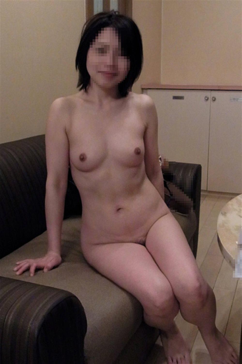 彼女の全裸ヌード姿をカメラに収めてます!