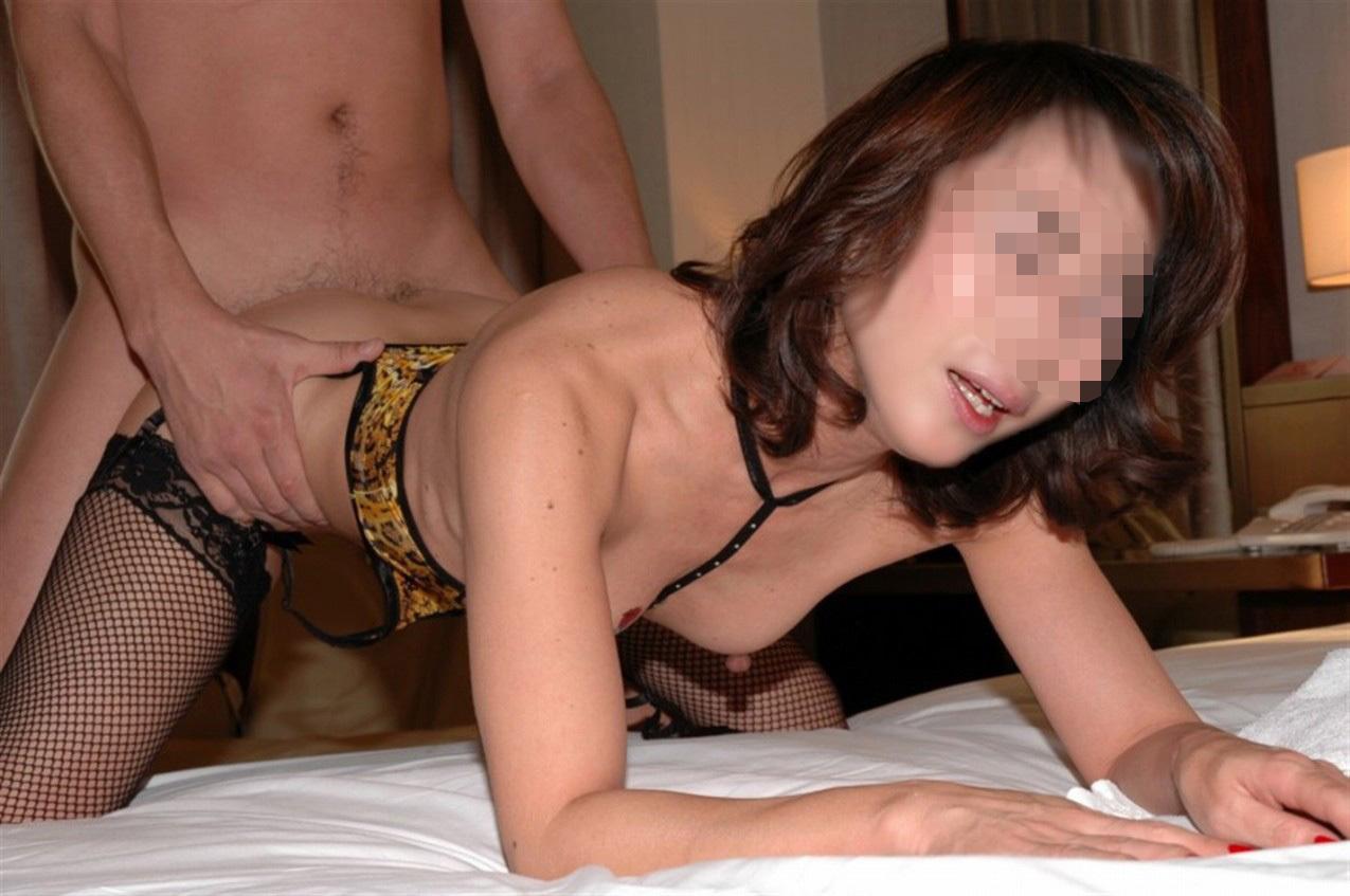網タイツを履いたまま後背位で激しく犯される熟女!