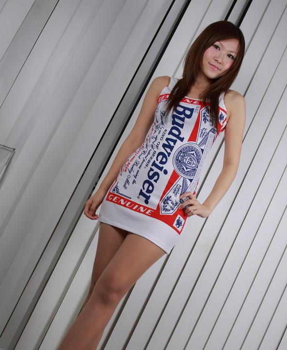 バドガール衣装がとても似合うスレンダーお姉さん!