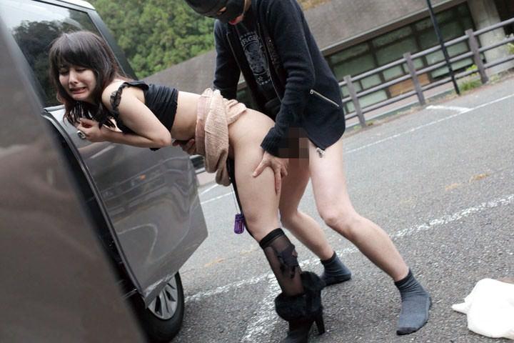 駐車場で着衣セックス中の美女のアヘ顔!