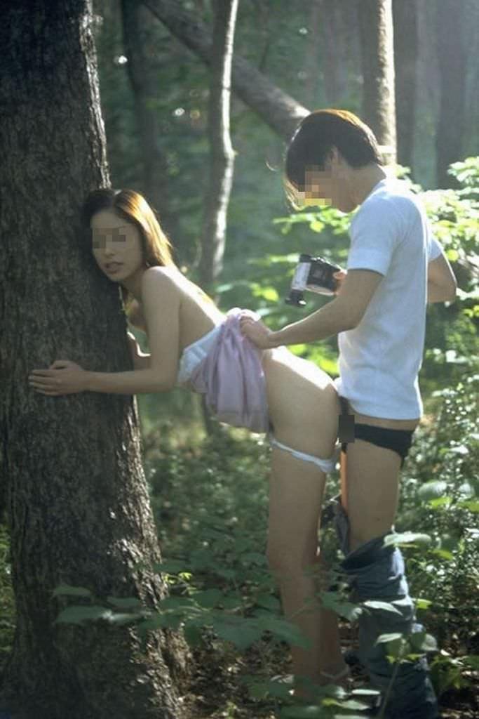 森の中でハメ撮りしてる変態カップル!