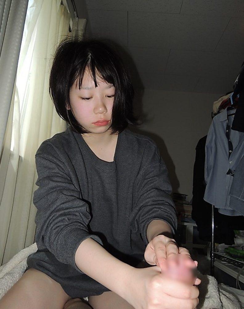 黒髪の幼い彼女が頑張って手コキしてる!