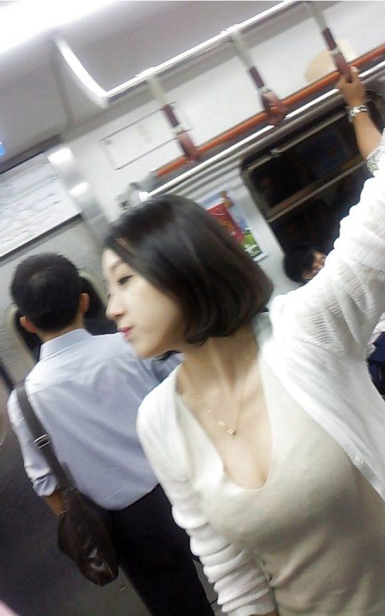 電車内で巨乳美女の胸の谷間を至近距離で盗撮!