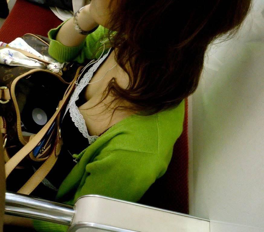美しいオッパイが見えちゃってる電車内の胸チラ!