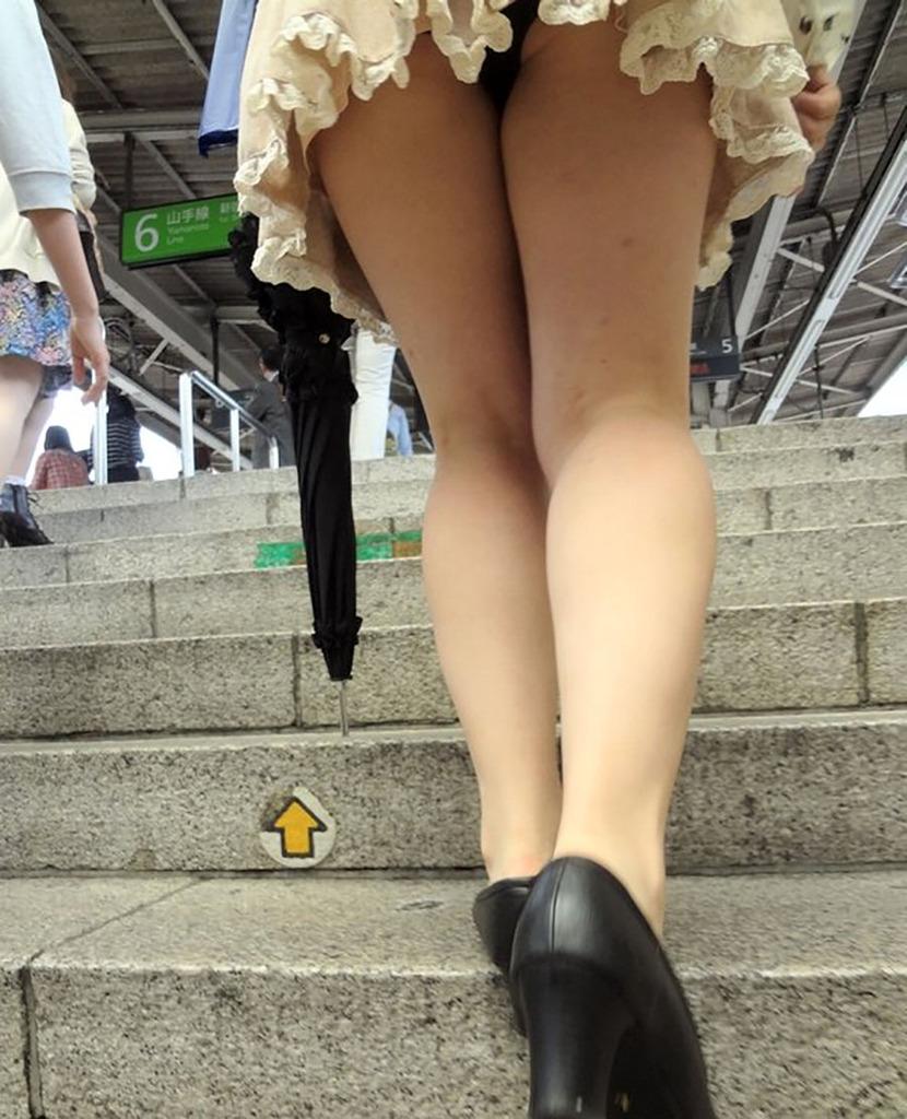 駅構内の階段で好みの女性のパンツをローアングルで撮影!