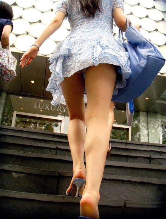 階段を上るミニスカート女性のパンチラ!
