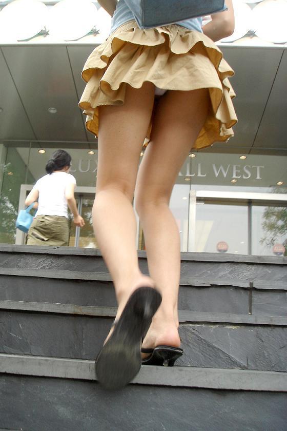 ミニスカで階段を上る美女は警戒心が全くない!