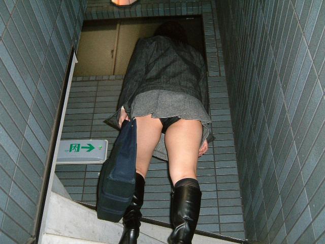 階段をのぼるミニスカ美女の黒色パンチラ!