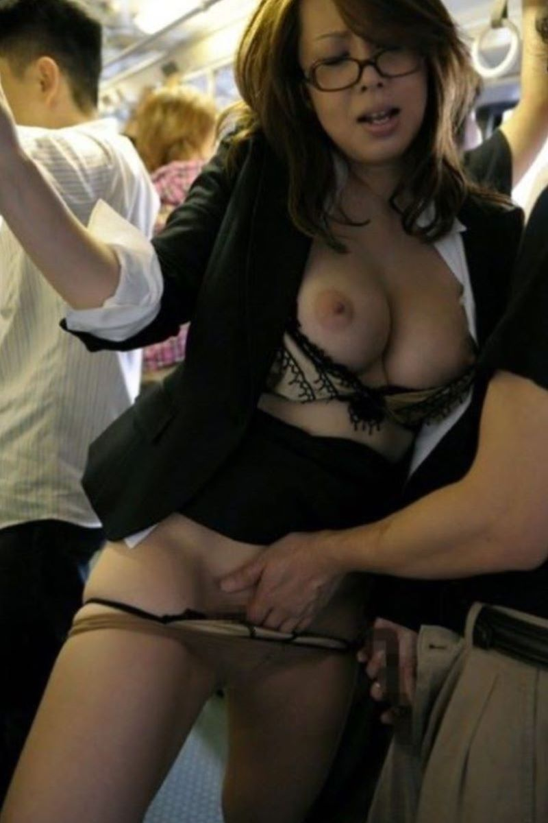 眼鏡巨乳OLさんが胸を露出しながらマンコを刺激される!