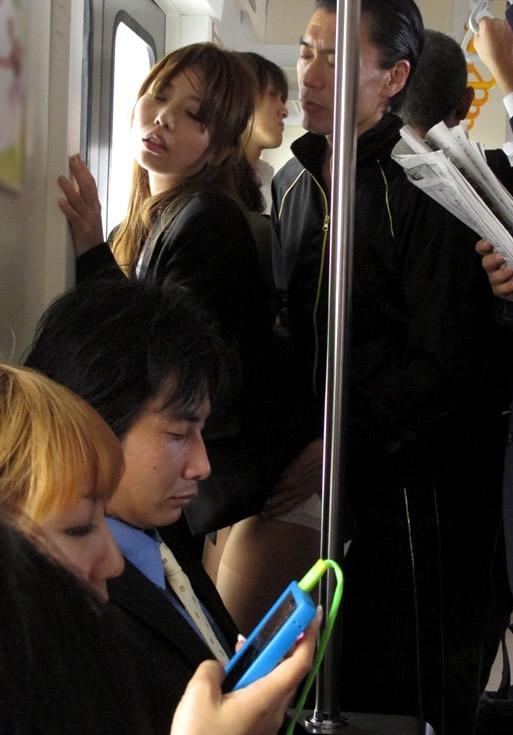 通勤してるOLさんが電車内で痴漢されまくる!