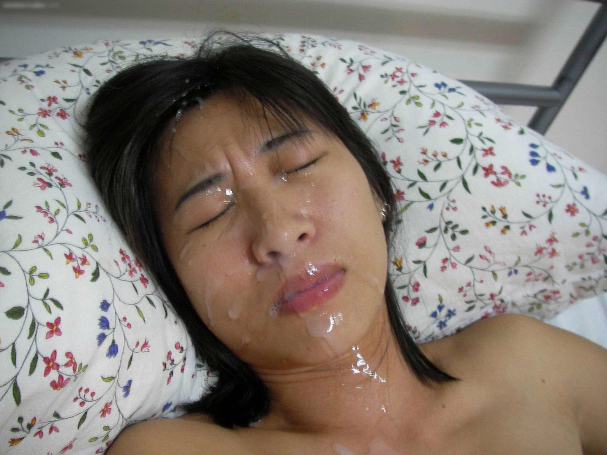 ザーメンをぶっかけられて顔全体が汚れてる!