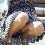 【熟女パンチラ盗撮エロ画像】独特のイヤらしさがある素人おばさんが座り込んでパンツを見せまくる!
