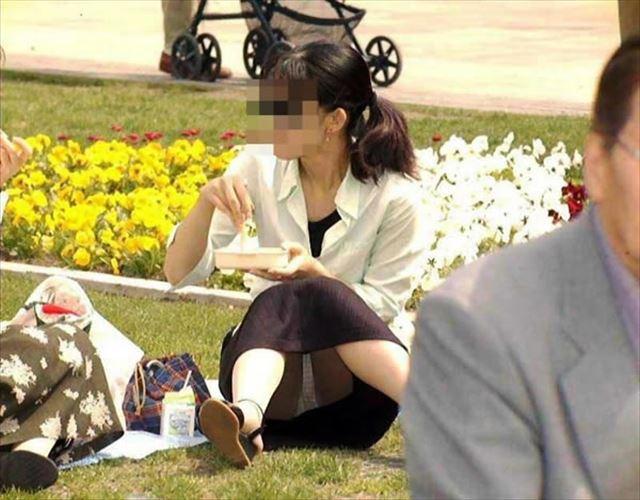 公園で地面に座り込んでいる熟女の下着を隠し撮り!