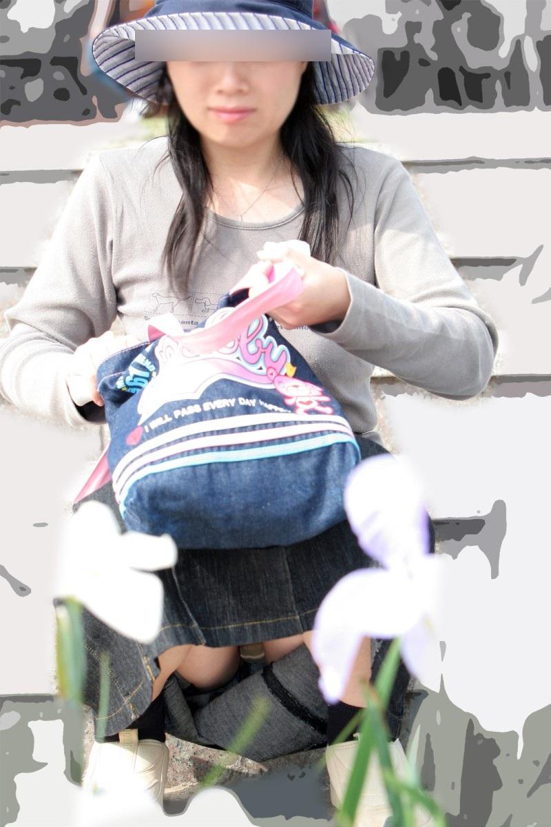 スカートで座り込む熟女が油断してパンツを見せてる!