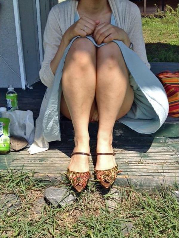 スカート履いた熟女の座りパンチラを正面から盗撮!