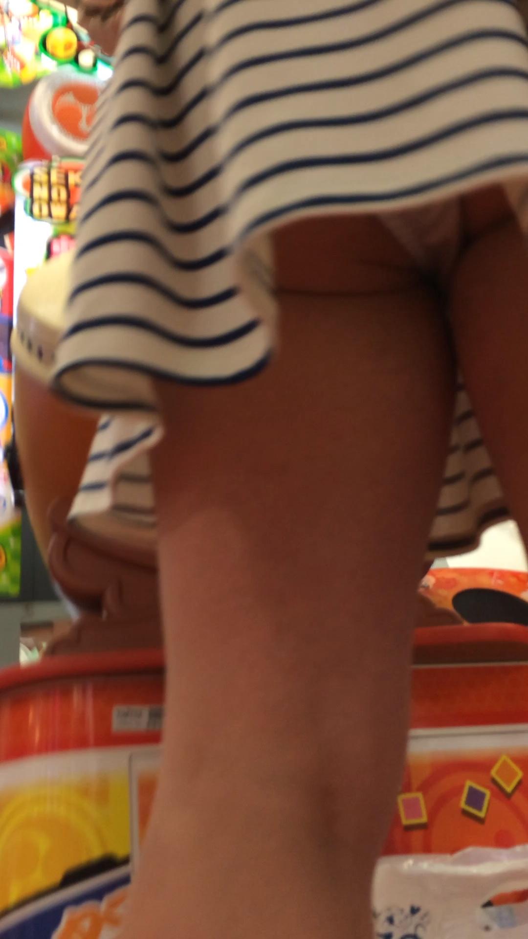太鼓の達人中の素人女子のパンツを盗撮!