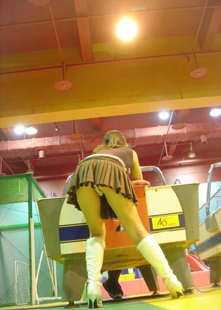 ゲームセンターでスカート内をローアングル撮影!