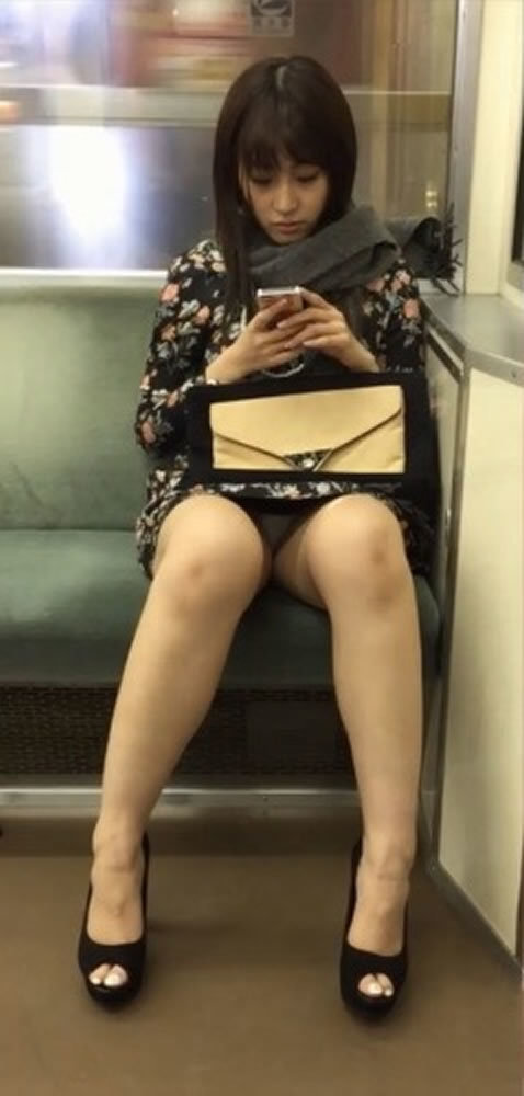 タイトスカートでクロッチ部分が見えている女性!