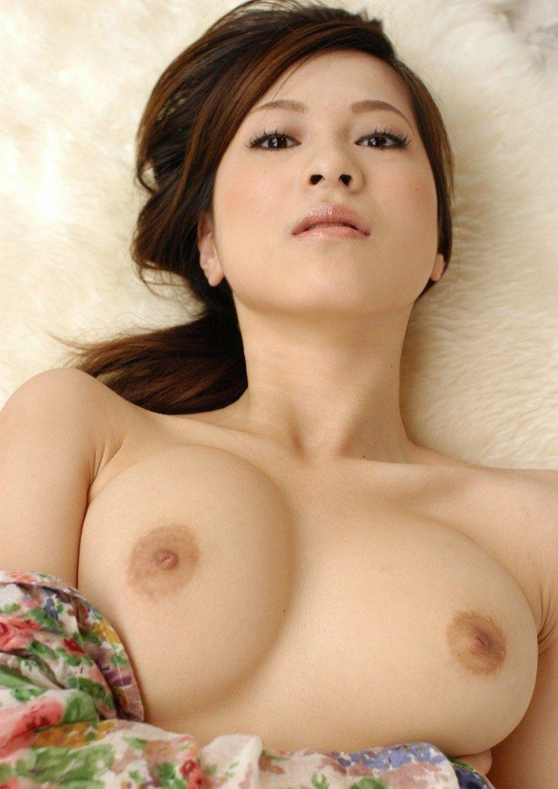 綺麗な女性の美乳にドキドキさせられる!
