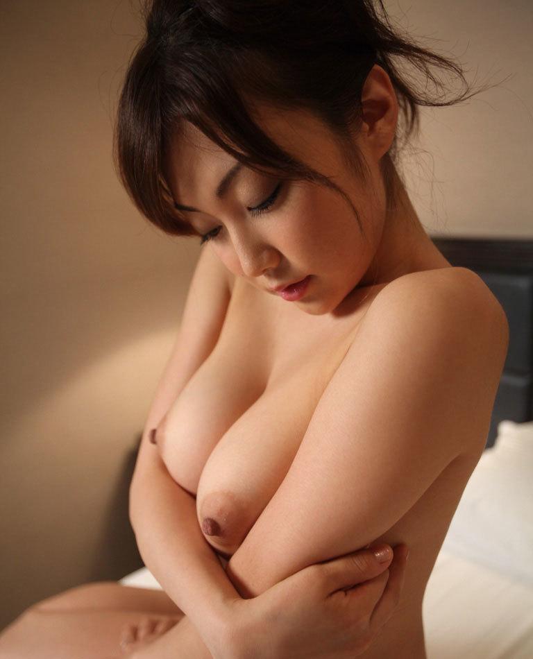 寄せ乳する全裸お姉さんのおっぱいをガン見!