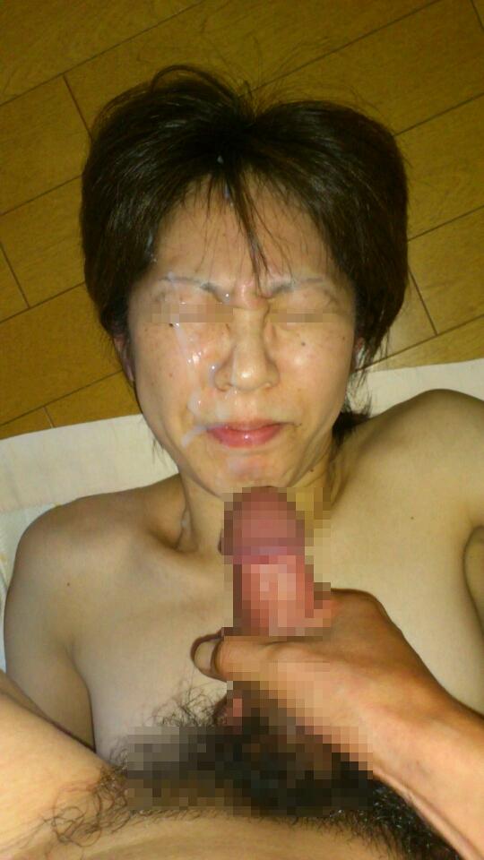 ネバネバとした濃いザーメンでお顔を汚す!