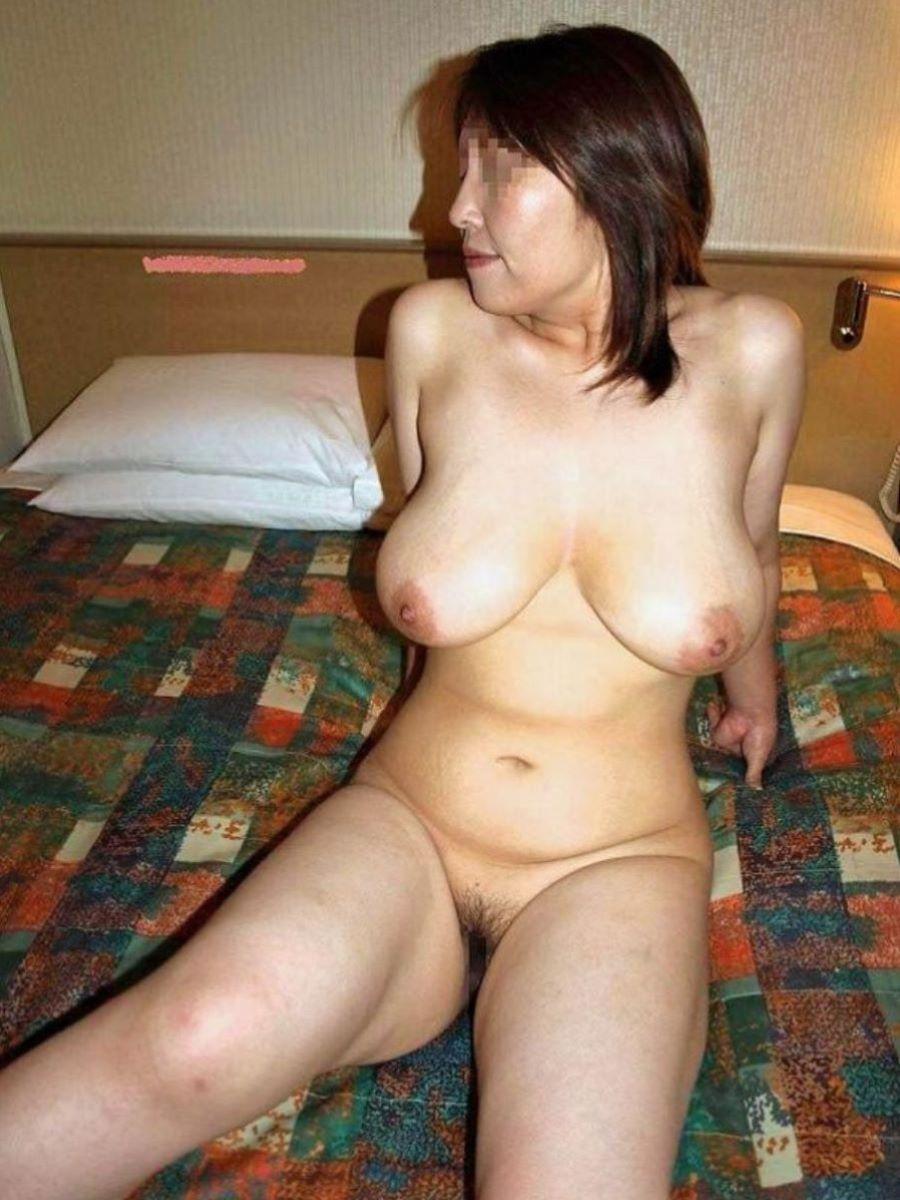 柔らかいオッパイの全裸ヌードに興奮!